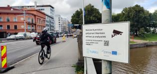 Kyltti Tuomiokirkkosillalla kertoo liikennemittauskamerasta.