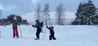 Lapset hiihtämässä Impivaaran Nunnavuoren ladulla.