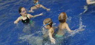 Lapset Impivaaran uimahallissa.