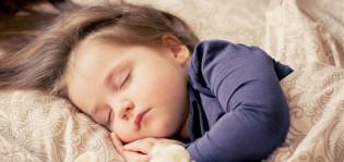 Lapsi nukkuu sängyssä