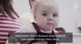 Vauva on vanhempiensa sylissä neuvolakäynnillä.