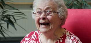 89-vuotias nauraa