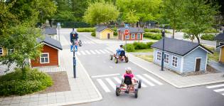 Lapset ajavat polkuautoilla liikennepuistossa