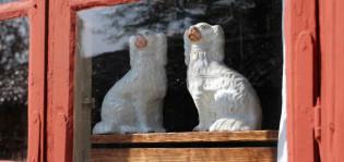 Merimiehen talossa posliininen uskollinen koirapari katsoo ikkunasta ulos ja odottaa merillä olevaa isäntäänsä kotiin.