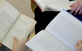 Lähikuva avoimista kirjoista