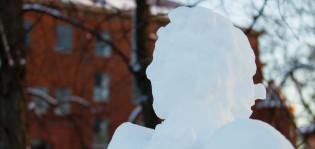 Lumiukko koulun pihalla