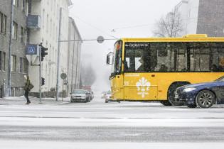 Föli-bussi lumisateessa.