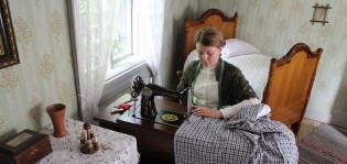 Luostarinmäen ompelijatar työssään