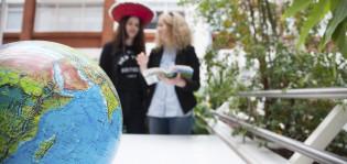 Kaksi tyttöä ja karttapallo