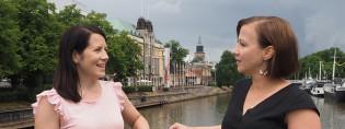 Kaksi naista seisoo kesällä Turun teatterisillalla.