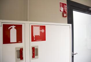 Paloturvallisuustarroja seinässä