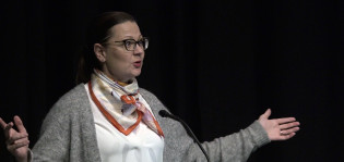 Kaupunginjohtaja Minna Arve avaamassa New Visions -seminaarin Logomossa 11.10.2018