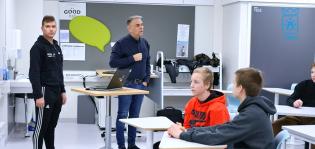 Työelämälehtori ja MyTech-lähettiläs kertovat koulussa luokassa oppilaille teknologia-aloista