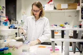 Nainen laboratoriossa.