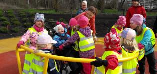 lapset leikkivät esteettömässä leikkipuistossa
