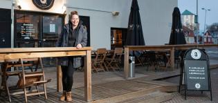 Yrittäjä Lotta Niittyvaara Ravintola 3. linjan terassilla.