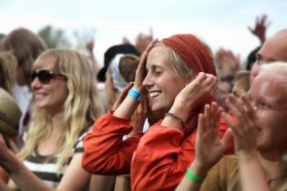 Onnellinen tyttö Ruisrockin yleisössä