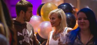 Mies ja nainen juhlissa.