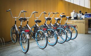 Lainattavat polkupyörät pääkirjaston aulassa.
