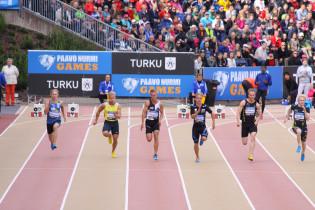 Kuusi miesjuoksijaa juoksemassa 100 metrin osuutta Paavo Nurmi Gameseissa vuonna 2014