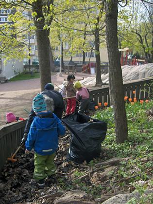 Päiväkodin lapset siistimässä lähiympäristöään