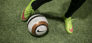 Jalkapallo ja jalat.