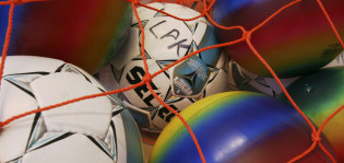 Jalkapalloja ja värikkäitä palloja verkossa