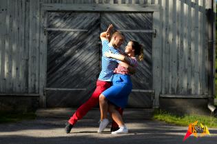 Mies ja nainen tangotaivutuksessa