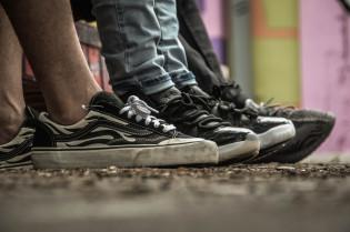 Kuvassa likaisia kenkiä