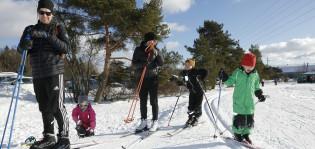 Perhe hiihtämässä Impivaarassa