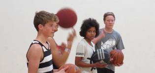 Pojat pelaavat koripalloa Mihin tunnilla.