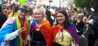 Nuoria Pride-kulkueen lähdössä Vähätorilla