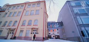 Lasiseinäinen yhdyskäytävä helpottaa kulkua Puolalan koulun kahden toisistaan erillisen rakennuksen välillä.