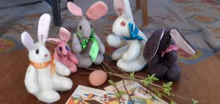 Itsetehtyjä pehmeitä pääsiäispupuja