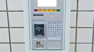 Uusi pysäköintiautomaatti mahdollistaa korttimaksun