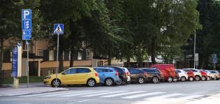 Pysäköityjä autoja kadulla.