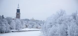 Talvinen jokimaisema.