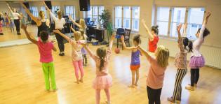 Lapsia tanssimassa sambatunnilla
