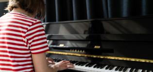 Tyttö soittaa pianoa
