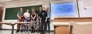 STEAM-kiertueen viisi opiskelijaa ja työelämälehtori Matti Raho koululuokan edessä.