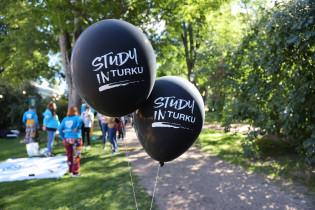 Study in Turku messut 2020 ilmapalloja ja opiskelijoita haalareissa