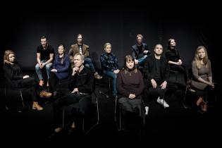 Suoraa puhetta -esityksen näyttelijät istuvat ryhmäkuvassa.