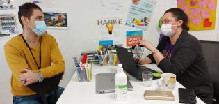 Mirka Lasarov ja Yasin Asgari työskentelevät Hirvensalossa Syvälahden monitoimitalon nuorisotilassa