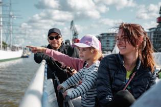 Iloinen perhe veneessä Aurajoella