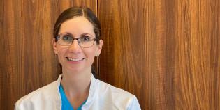 Naislääkäri hymyilee