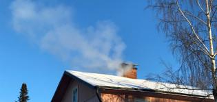 Savua tupruaa talon savupiipusta