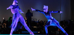 Kaksi henkilöä tanssimassa.