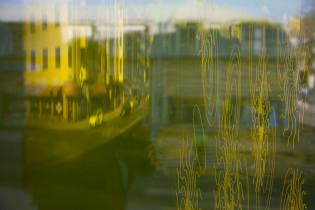 Heijastuma pääkirjaston ikkunassa