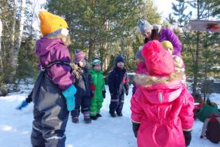 Lapset kuuntelevat ohjeita ulkona