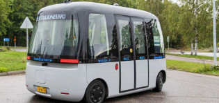 Kuvassa harmaa automaattinen pienoisbussi, joka voi kulkea ilman kuljettajaa.
